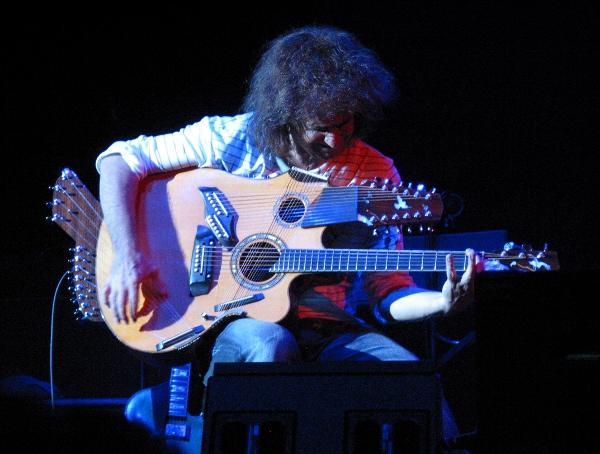 Pat Matheny z gitarą Pikasso, źródło: Musicradar
